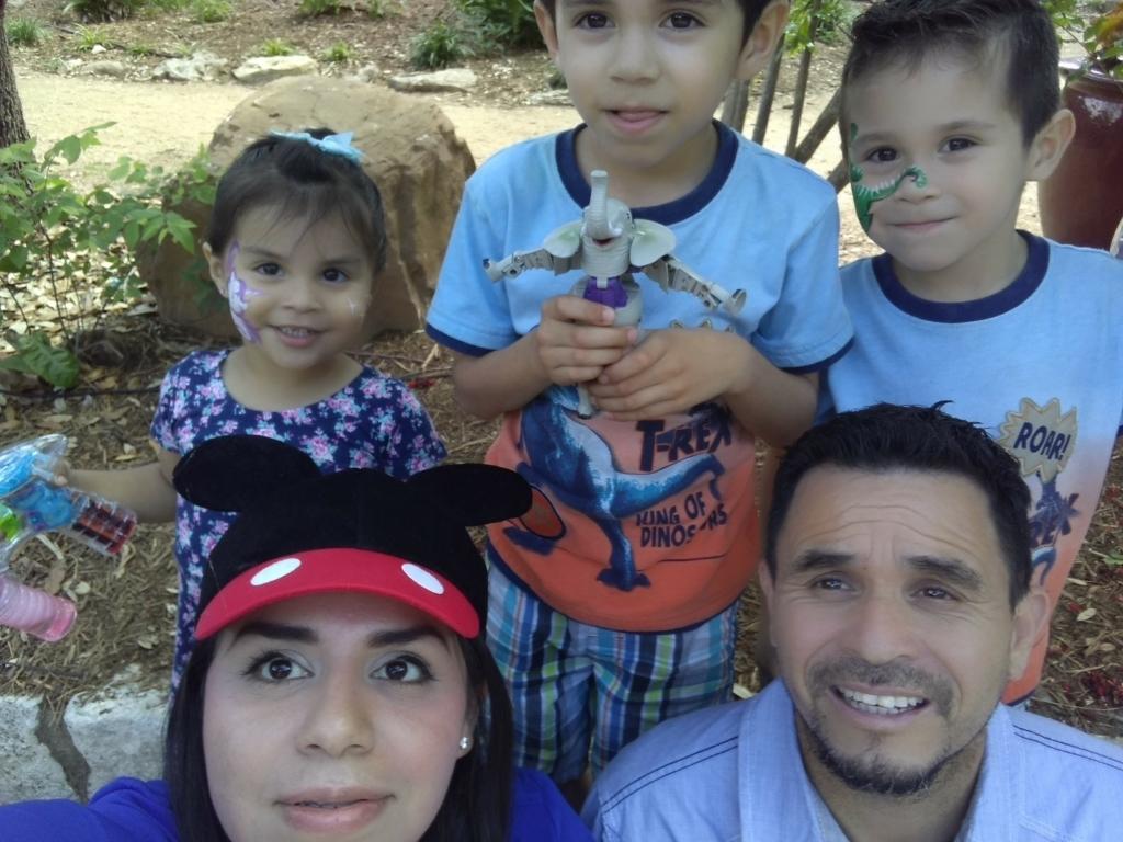 Después del ataque cerebral, Juarez ha tenido problemas con su balance, y su familia ahora vive con sus padres, quienes ayudan a cuidar a los niños. Aparecen en la foto su esposo Juan (derecha) y los niños (de derecha a izquierda) Sofia, Angel y Christian.
