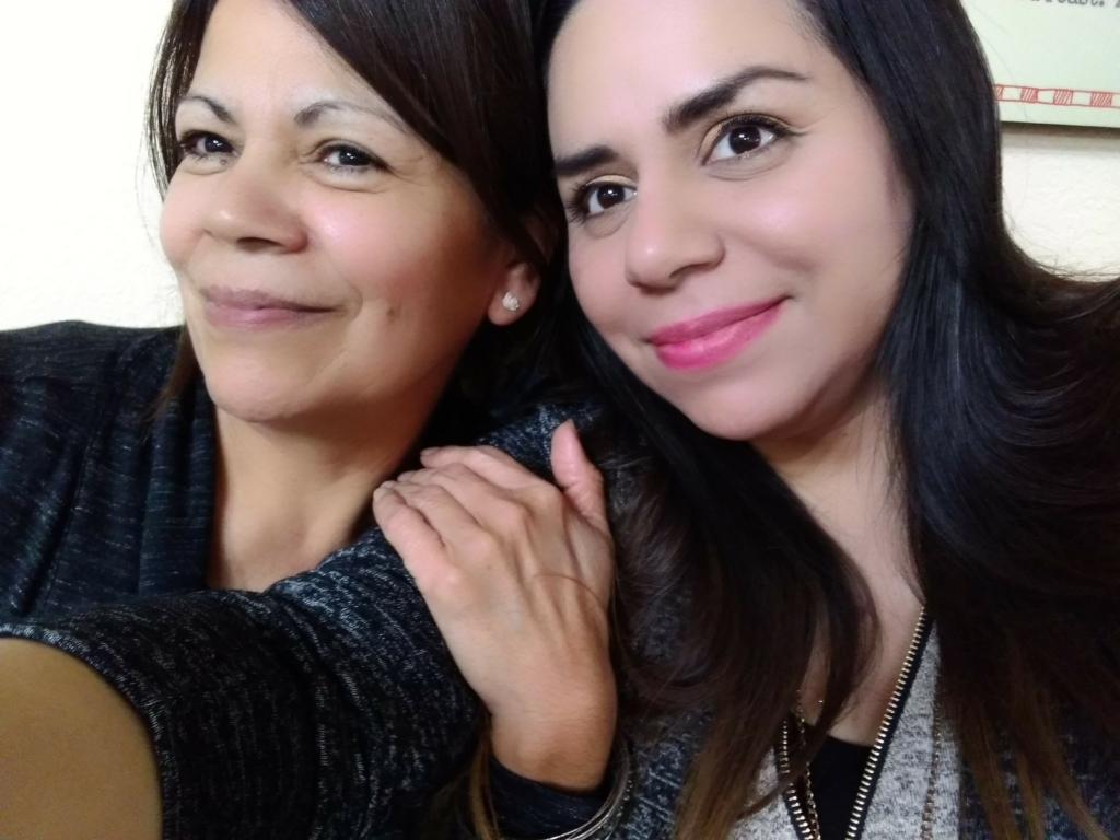 Juarez (derecha) llamó a su mamá, Maria Puente (izquierda) después de que los operadores del servicio 911 no pudieron entenderla.
